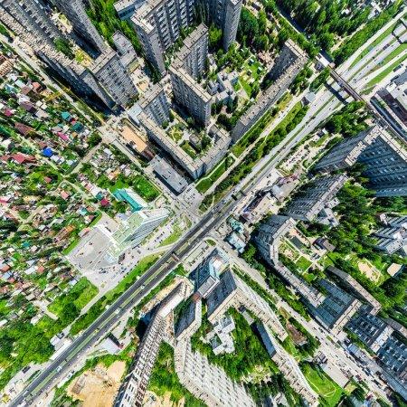 Photo pour Vue aérienne de la ville avec carrefour et routes, maisons, bâtiments, parcs et parkings, ponts. Un tir de drone d'hélicoptère. Image panoramique large . - image libre de droit