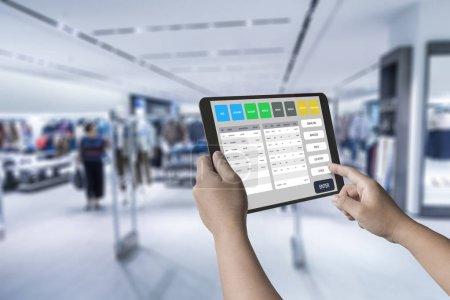 Photo pour Main humaine travaillant avec la tablette numérique de rendu 3d - image libre de droit