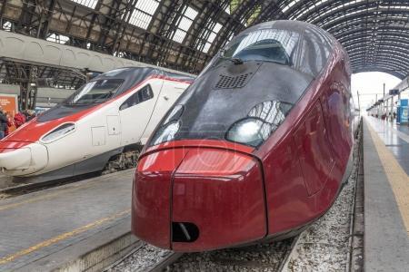 Photo pour Deux trains à grande vitesse à la gare de Milan - Italie - image libre de droit