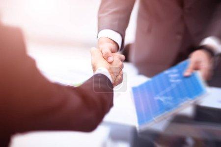 Photo pour Vue rapprochée du concept de poignée de main d'homme d'affaires partenarial.Photo de deux processus de poignée de main d'homme d'affaires. . - image libre de droit
