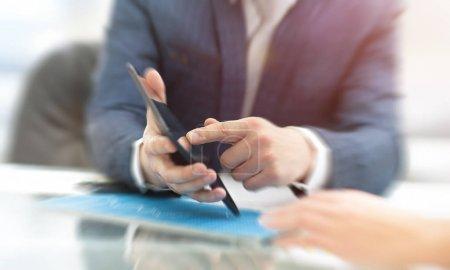 Photo pour Homme d'affaires travaillant au bureau avec ordinateur portable, tablette et graphiques sur son bureau. - image libre de droit