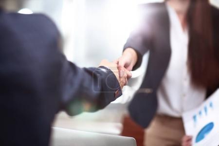 Foto de Vista de la asociación de negocios handshake concept.Photo de dos hombres de negocios handshaking process.Successful acuerdo después de una gran reunión . - Imagen libre de derechos