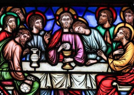 Foto de Vitral que representa a Jesús y los doce apóstoles el Jueves Santo en la última cena en la Catedral de Bruselas, Bélgica. - Imagen libre de derechos