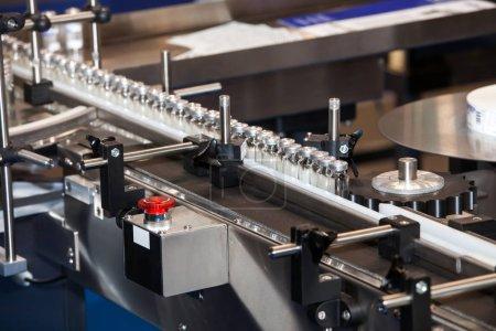 Photo pour Machine de remplissage et d'étanchéité Ampoule, équipement dans l'industrie pharmaceutique - image libre de droit