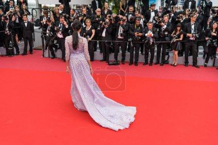 """Photo pour CANNES, FRANCE - 10 MAI 2018 : Mallika Sherawat, retour au détail, assiste à la projection de """"Sorry Angel (Plaire, Aimer Et Courir Vite)"""" lors de la 71e édition du Festival de Cannes - image libre de droit"""