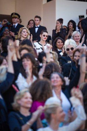 """Photo pour CANNES, FRANCE - 12 MAI 2018 : Des représentants du cinéma posent sur le tapis rouge lors de la projection de """"Girls Of The Sun (Les Filles du Soleil)"""" lors de la 71e édition du Festival de Cannes - image libre de droit"""
