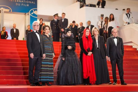 """Photo pour Cannes, France - 12 mai 2018: Thierry Fremaux, Mastaneh Mahojer, Marzieh Rezaei, Behnaz Jafari, Francoise Nyssen et Pierre Lescure, assister à la projection de """"3 visages (Se Rokh)» lors de la 71e Festival du Film Cannes - image libre de droit"""