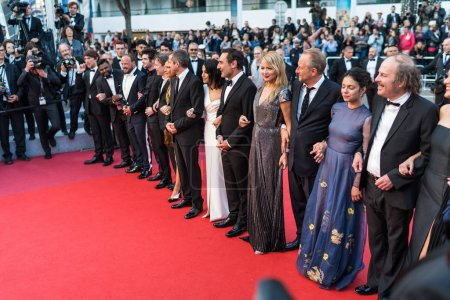 "Photo pour CANNES, FRANCE - 13 MAI 2018 : Acteurs et actrices assistent à la projection de ""Sink Or Swim (Le Grand Bain)"" lors de la 71e édition annuelle du Festival de Cannes - image libre de droit"