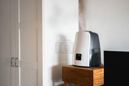 Photo pour Humidificateur électronique à l'intérieur de la maison. Santé et la technologie à ultrasons. - image libre de droit