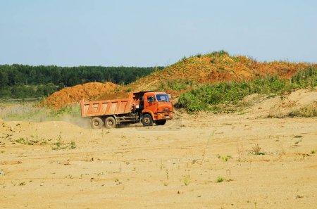 Автомобиль КамАЗ перевозивший грунт