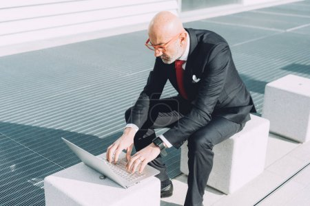 businessman outdoor in city using computer
