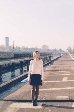 Photo pour Jeune femme posant en plein air - bonheur, serein, girl power concept - image libre de droit