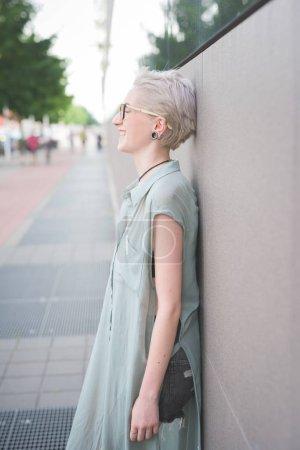 Foto de Visión joven al aire libre ríe inclinada pared lateral - confianza, actitud, concepto de power girl - Imagen libre de derechos