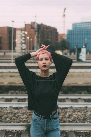 Photo pour Jeune femme cheveux roses dehors posant la caméra - blogueur, concept d'influence - image libre de droit