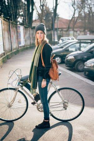 Photo pour Belle jeune femme avec vélo - image libre de droit