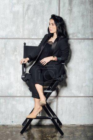 Photo pour Jeune belle femme posant en intérieur - blogueur, influenceur, concept de mode - image libre de droit