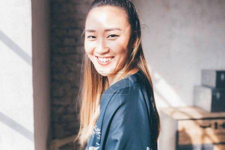 Photo pour Portrait jeune femme à l'intérieur posant la caméra - attitude, blogueur, concept d'influence - image libre de droit