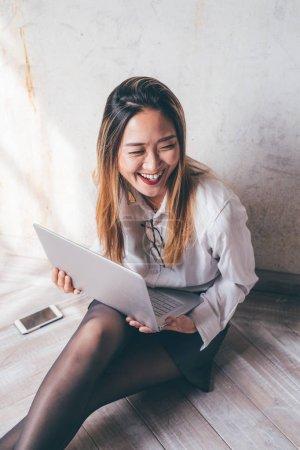 Photo pour Jeune femme d'affaires bureau Intérieur Assis à l'ordinateur - télétravail, technologie, concept d'entreprise - image libre de droit