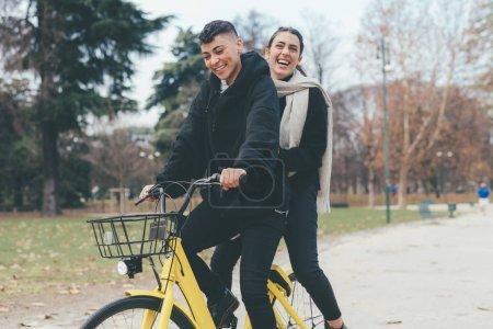 Photo pour Deux femmes lesbiennes couple extérieur cyclisme avoir du plaisir bonheur, sortir de tout cela, concept d'amour - image libre de droit