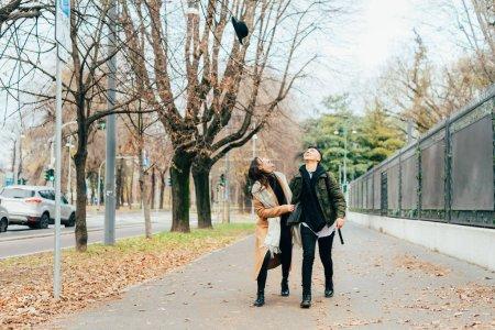 Photo pour Deux lesbiennes couple en plein air regardant vers le haut s'amuser - bonheur, couple, concept d'amour - image libre de droit