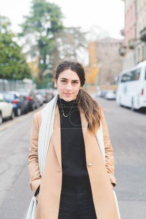 Photo pour Une jeune femme en plein air regardant la caméra sourire - sérénité, bonheur, concept positif - image libre de droit
