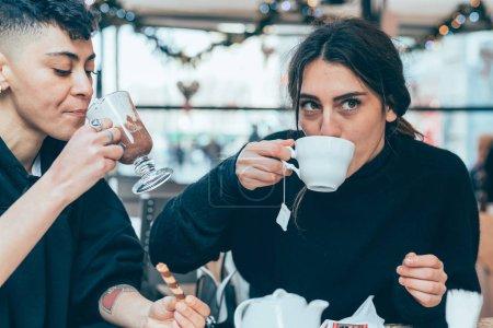Photo pour Deux femmes couple lesbien à l'intérieur consommation d'alcool collation - nourriture et boisson, relation, concept d'interaction - image libre de droit