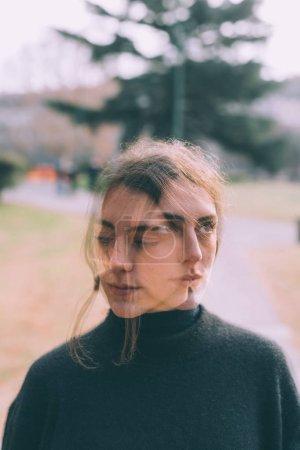 Photo pour Portrait à double exposition jeune femme plein air posant - créatif, fantomatique, concept artistique - image libre de droit