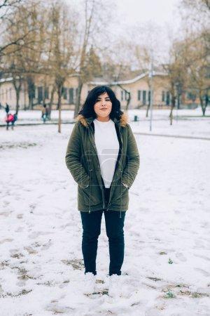 Photo pour Jeune belle femme en plein air posant la caméra d'apparence souriante - bonheur, sentiments positifs, concept client - image libre de droit