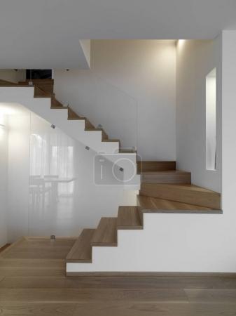 Photo pour Coups de feu internes d'un salon modern au premier plan le canapé tissu gris - image libre de droit