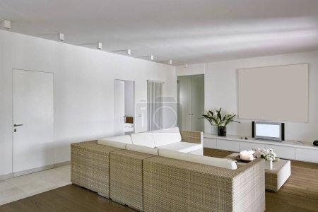 Photo pour Photos d'intérieurs d'une moderne salle de séjour avec sofa en osier et plancher en bois - image libre de droit