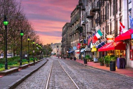 Photo pour Savannah, Géorgie, États-Unis bars et restaurants sur River Street . - image libre de droit