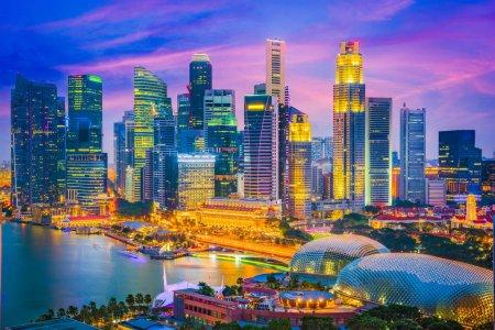 Photo pour Singapore horizon de la ville au crépuscule. - image libre de droit