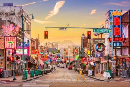 Photo pour Memphis, Tennessee - 25 août 2017: Clubs de Blues sur Beale Street à l'aube - image libre de droit