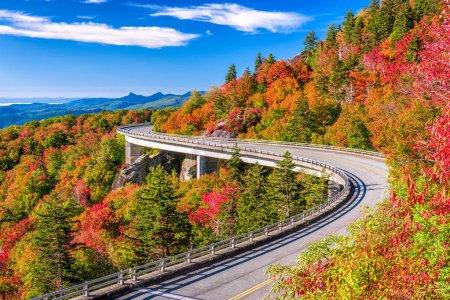Photo pour Viaduc Linn Cove, Grand-père Mountain, Caroline du Nord, États-Unis. - image libre de droit