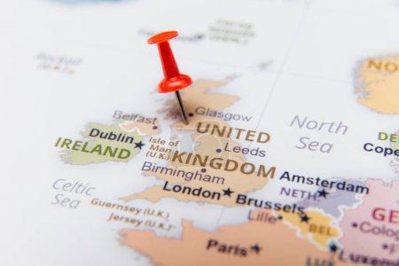 Photo pour Carte du Royaume-Uni avec une punaise rouge. - image libre de droit