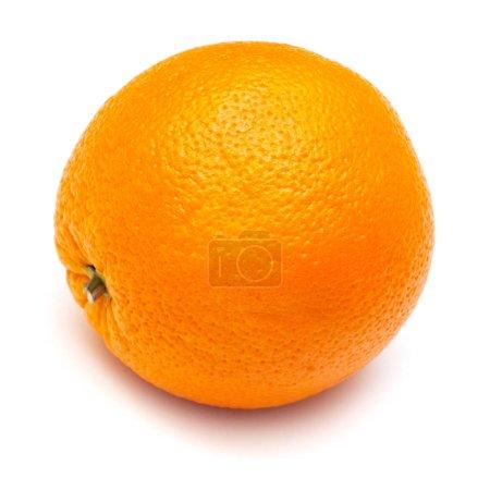 Foto de Naranja fresca madura sobre un fondo blanco. Frutas tropicales - Imagen libre de derechos