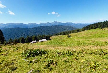 Photo pour Vue sur la crête montagneuse du Chornohora d'été depuis le plateau du Vesnjarka (Carpates, Ukraine ). - image libre de droit