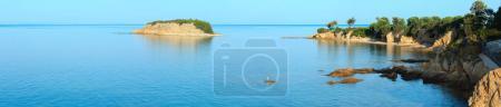 Foto de Vista de la costa rocosa del mar Egeo por la mañana (Nikiti, Sithonia, Halkidiki, Grecia). Cuatro disparos puntada panorama de alta resolución . - Imagen libre de derechos