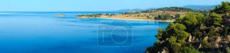 Foto de Buenos días playa de arena Kastri. Vista superior de verano (Nikiti, Sithonia, Halkidiki, Grecia). Cuatro disparos puntada panorama de alta resolución . - Imagen libre de derechos