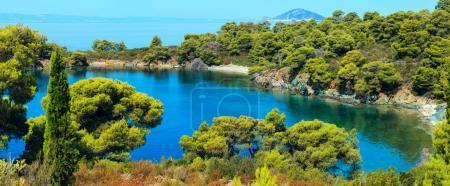 Photo pour Matin été Mer Égée avec pins sur le rivage, petites plages et vue sur l'île de Kelifos de Sithonie, Halkidiki, Grèce. Deux plans point panorama haute résolution . - image libre de droit
