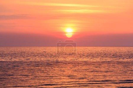 Photo pour Été lever du soleil vue sur le paysage marin de Spiaggia di Sfinale Adriatic Sea beach (région de Vieste, péninsule du Gargano dans les Pouilles, Italie ). - image libre de droit
