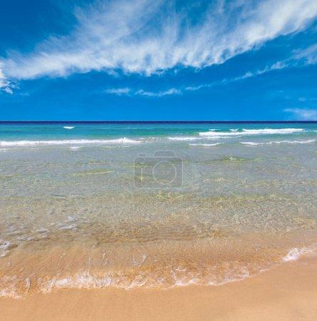 Photo pour Belle mer surf, vue sur le paysage marin d'été depuis la plage de sable . - image libre de droit