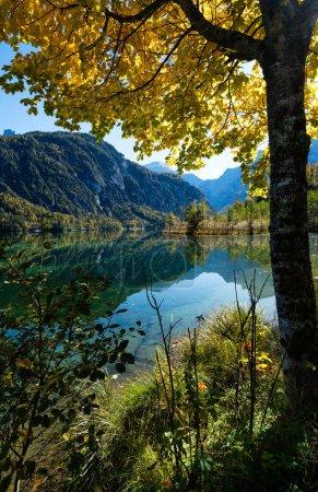 Photo pour Vue ensoleillée et idyllique sur les Alpes en automne. Lac de montagne paisible avec eau claire et transparente et des reflets. Lac d'Almsee, Haute-Autriche. - image libre de droit
