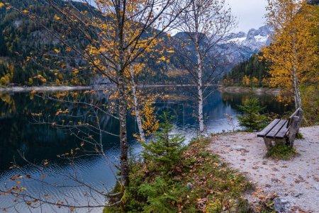 Photo pour Gosauseen ou Vorderer Lac Gosausee, Haute-Autriche. Vues alpines colorées d'automne sur un lac de montagne avec eau claire et transparente et reflets. Le sommet de Dachstein et le glacier loin. - image libre de droit