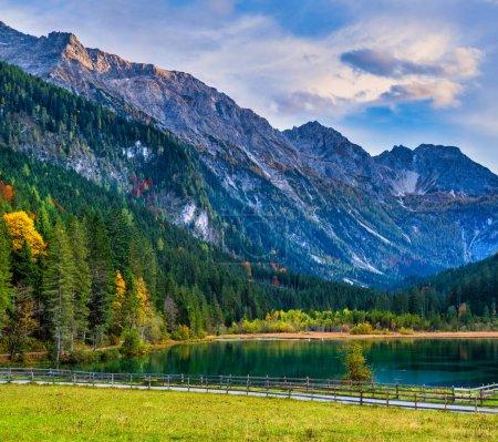 Photo pour Soirée d'automne Lac Jaegersee alpin et montagnes au-dessus, Kleinarl, Land de Salzbourg, Autriche. Randonnée pittoresque, saison, et la beauté de la nature concept scène . - image libre de droit