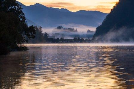 Photo pour Paisible automne Alpes lac de montagne. Sunrise Wolfgangsee vue sur le lac, St. Wolfgang im Salzkammergut, Haute-Autriche . - image libre de droit