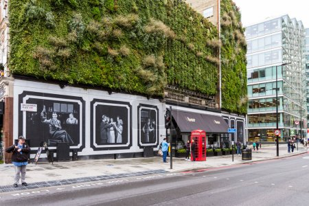 Photo pour London  - September 06 2019: Green living walls on the exterior of the building housing the famous B Bar in Westminster, London September 06,  2019 - image libre de droit