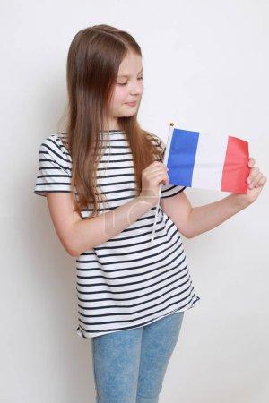 Photo pour Jolie petite fille européenne tenant le drapeau Français - image libre de droit