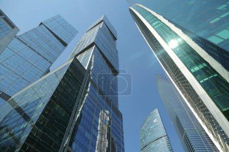 Photo pour Moscou, Russie - 13 août 2017: Faible angle vue des gratte-ciel de Moscou-City. La ville de Moscou (Moscow International Business Center) est un bâtiments commerciaux moderne avec un design futuriste au centre-ville. - image libre de droit