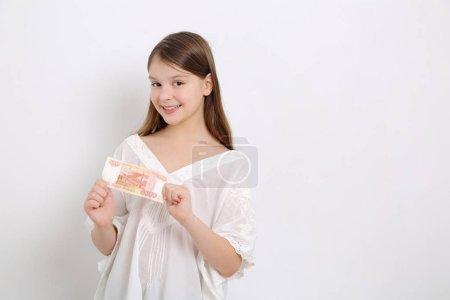 Photo pour Belle fille caucasienne de l'adolescence retenant des roubles (argent comptant de la fédération de Russie) - image libre de droit